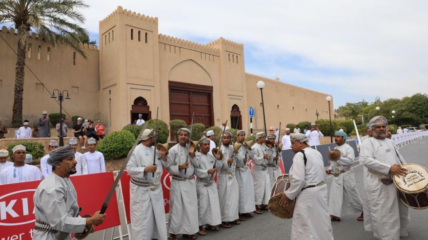 """متسابقو """"طواف عمان"""" ينطلقون بالدراجات من سوق نزوى"""