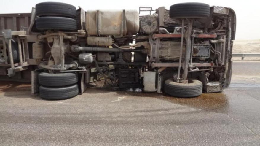 تدهور شاحنة على طريق (نزوى – مسقط)