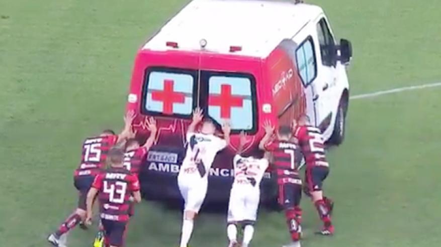 بالفيديو: سيارة إسعاف تعطل مباراة كرة قدم .. واللاعبون ينقذون الموقف