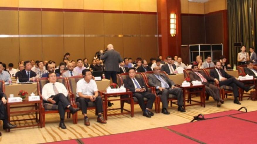 رئيس الهيئة والحضور يتابعون العروض المرئية