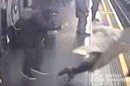 بالفيديو..بريطاني يتعمد دفع ركاب مترو الأنفاق نحو القضبان