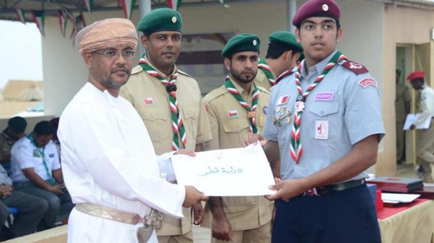 تكريم أحد كشافة قطر