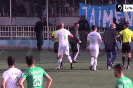 """بالفيديو.. حكم """"ينطح"""" لاعبا بالدوري الجزائري"""