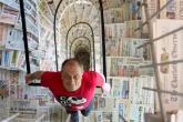 """بالصور.. يدخل موسوعة """"جينيس"""" بصحف ورقية من 115 دولة"""
