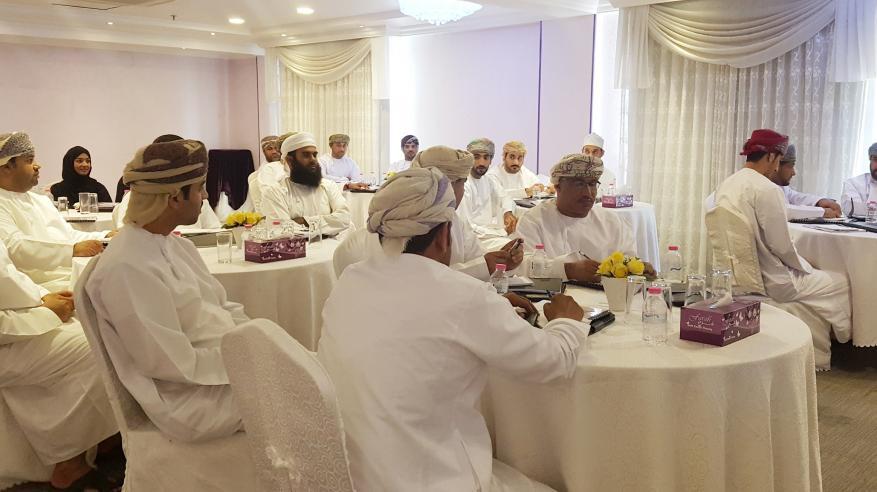 بلدية مسقط تحسن مهارات 33 موظفا في خدمة المراجعين