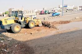 """""""بلدية عبري"""" تكثف جهودها الميدانية لإزالة مخلفات الأمطار"""