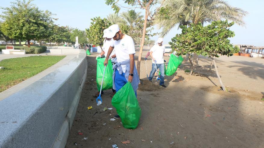 عدد من مسؤولي البلدية والمجتمع خلال التنظيف