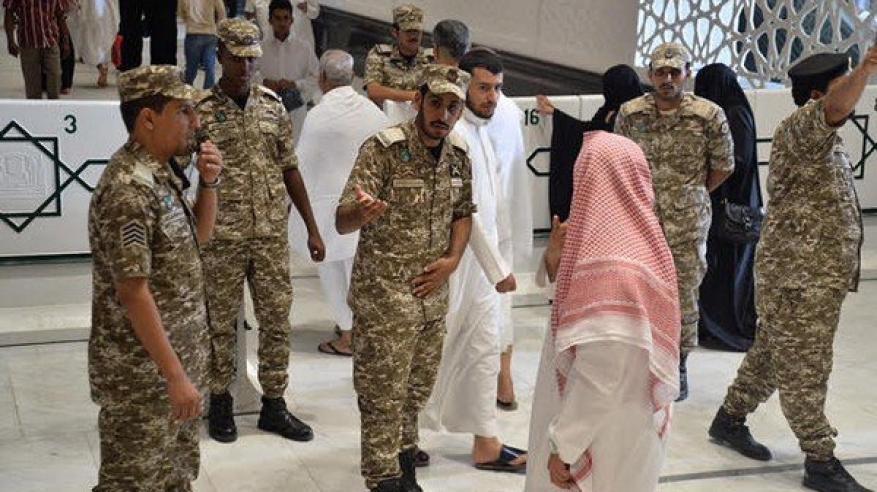 بالفيديو.. مشاجرة في الحرم المكي بين معتمر ورجال الأمن