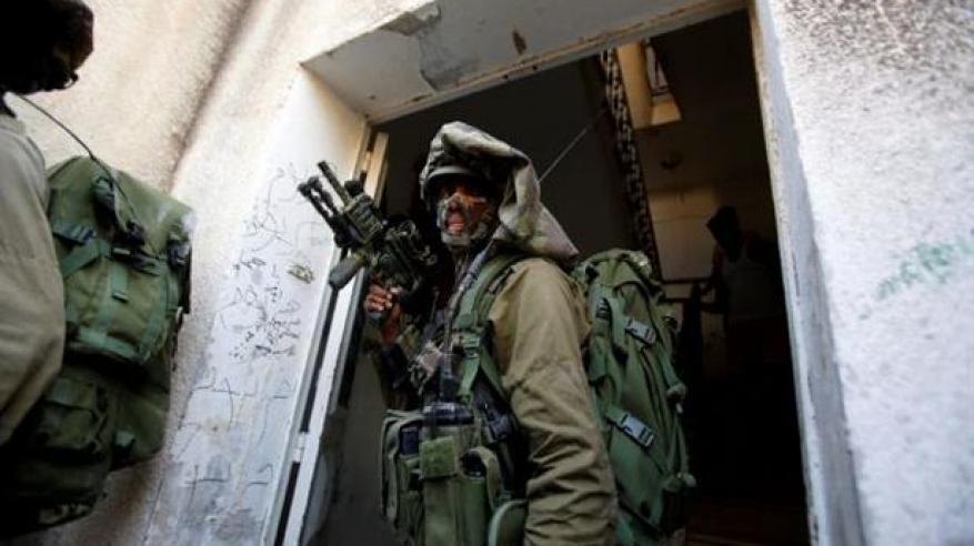 إسرائيل تغلق إذاعة فلسطينية بالخليل وتعتقل 5 من العاملين