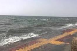 شاهد.. أمواج عاتية تضرب سواحل سعودية