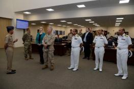 """قائد القيادة الوسطى الأمريكية يطلع على مهام """"الأمن البحري"""" في زيارة للمركز"""