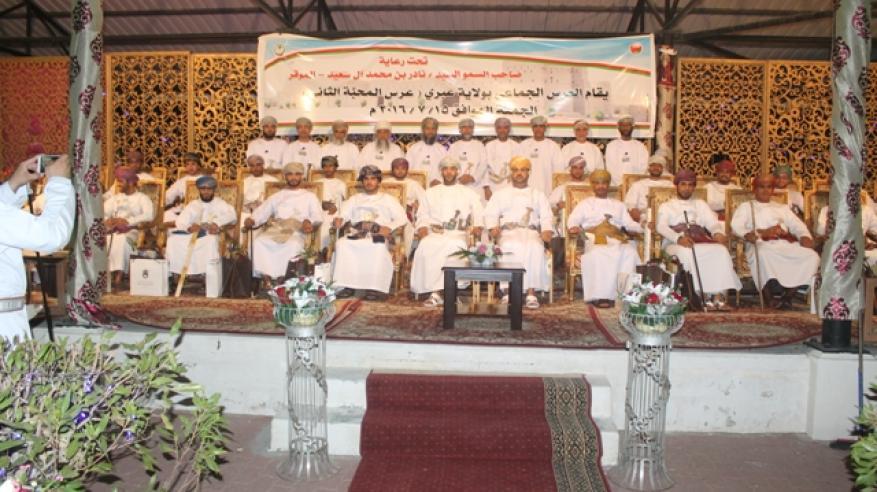 نادر بن محمد يرعى العرس الجماعي الثاني في عبري بمشاركة 24 عريسا