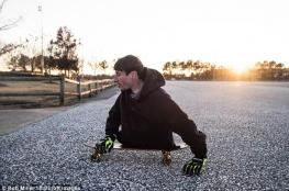 بالصور .. رجل يتحدى الحياة بنصف جسد