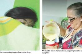 """بالفيديو.. """"الجمال النائم"""": حالة طبية نادرة لفتاة تغط في سبات منذ شهرين!"""