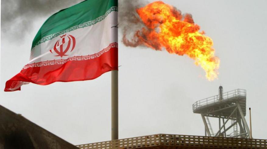 """النفط يهبط.. و""""عقوبات إيران"""" تحميه من زيادة الخسائر"""