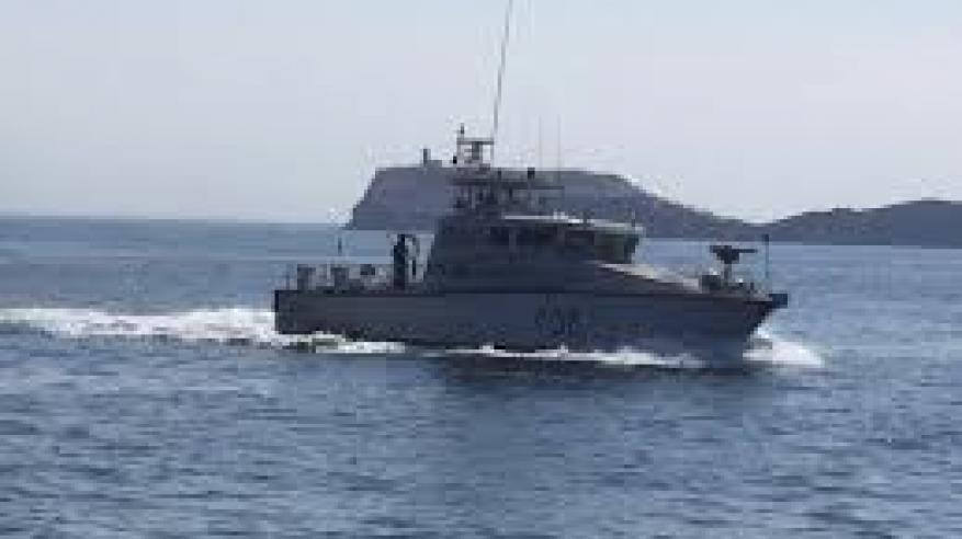 شرطة خفر السواحل تقدم المساعدة لقارب في مسندم