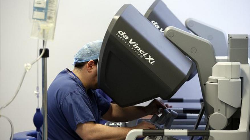 أول بريطاني يخضع لجراحة روبوتية3