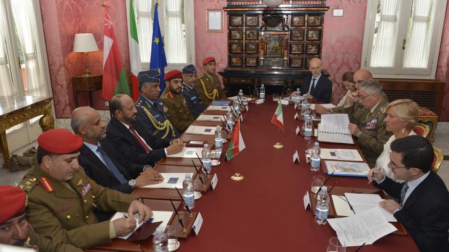 جلسة مباحثات رسمية بين السلطنة وإيطاليا لتعزيز التعاون العسكري القائم