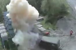 فيديو مروع.. عامل ينجو بأعجوبة بعد صعقة كهربائية بقوة 6 آلاف فولت