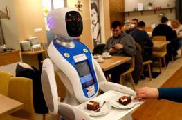 بالفيديو.. روبوتات تقدم الطعام والترفيه للزبائن