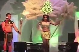 بالفيديو.. ملكة جمال تنجو من الموت على خشبة المسرح