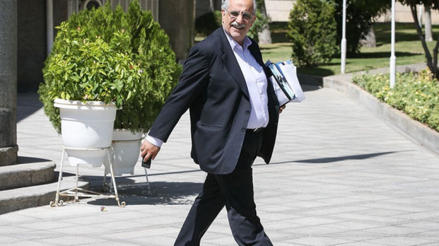 تراجع الريال الإيراني يطيح بوزير المالية