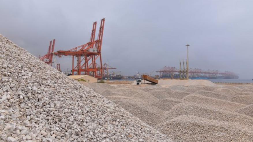 صورة لمنطقة تخزين خام الجبس بميناء صلالة قبل عملية التصدير