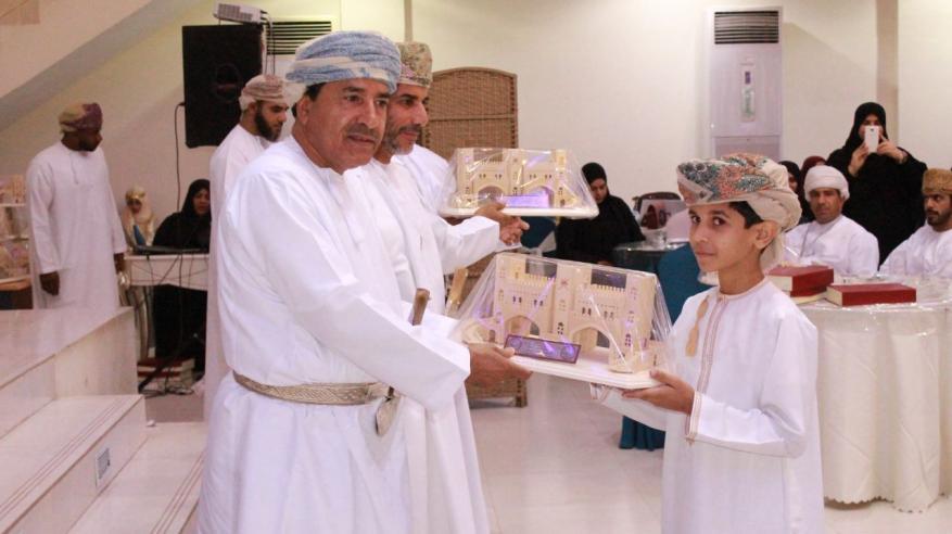 تكريم الطلاب المجيدين في التحصيل الدراسي بالرستاق
