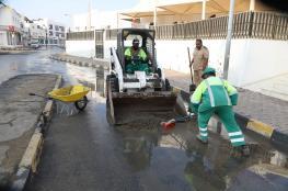 بلدية مسقط تكثف جهودها في التعامل مع مخلفات الأمطار