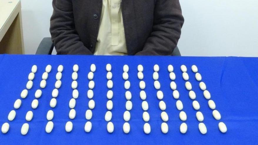 آسيوي يخبئ 84 كبسولة هيروين في أحشائه بولاية هيما