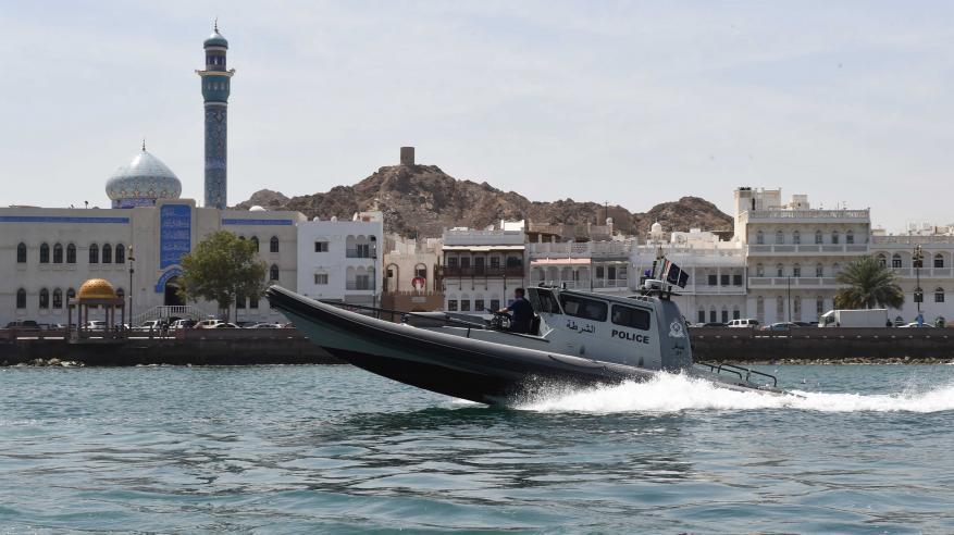 خفر السواحل تقدم المساعدة لـ 22 شخصا وتضبط قاربي تهريب