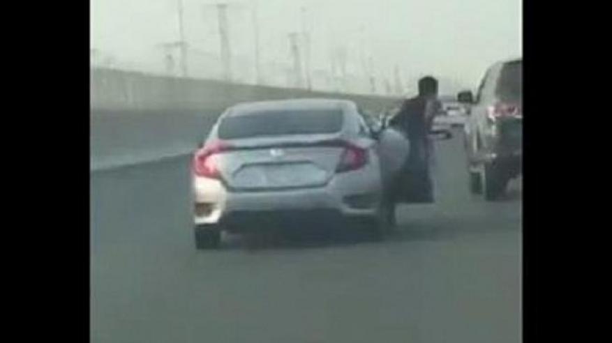 بالفيديو.. شجار بين سيارتين كاد أن ينتهي بكارثة في السعودية