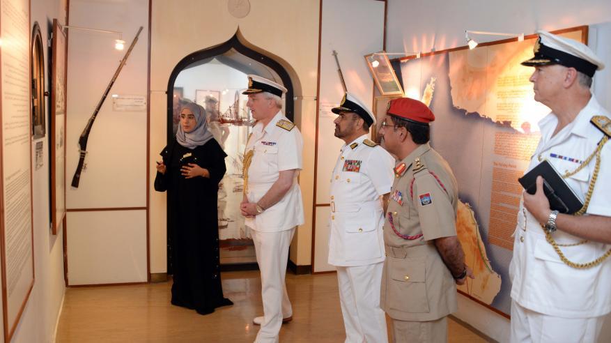 رئيس الأركان البحرية البريطانية يزور متحف قوات السلطان المسلحة