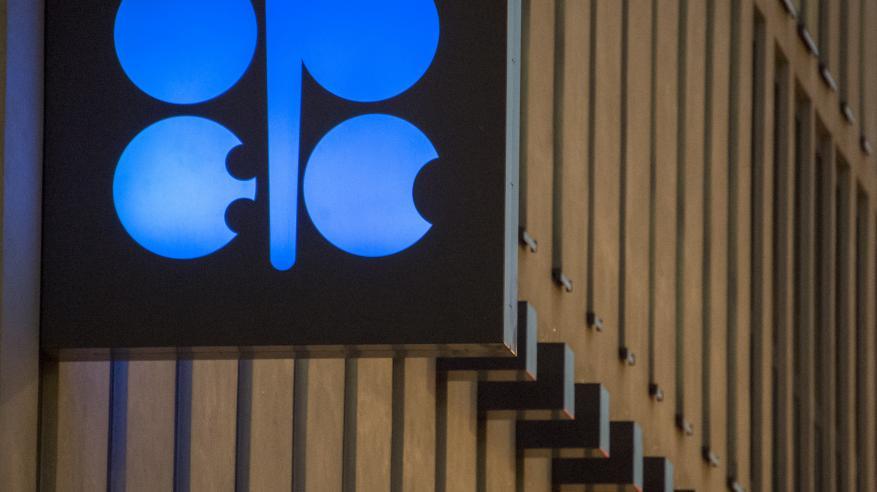 خفض إنتاج النفط يستهدف كبح تخمة المخزون.. وارتفاع الأسعار يشجع أمريكا على زيادة المعروض