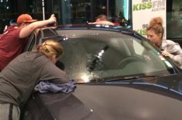 بالفيديو.. يفوز بسيارة بعد تقبيلها ليومين في مسابقة