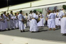 فرقة الراسيات تقدم فنونها الشعبية لزوار النسيم