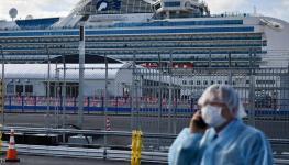 ركاب السفينة دايموند برنسيس يبدأون النزول في اليابان.JPG