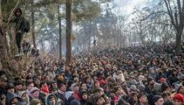 مهاجرون يشتبكون مع الشرطة اليونانية بعدما فتحت تركيا الأبواب أمامهم.jpg