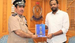 قيادة شرطة محافظة مسقط تكرم شخصا لتعاونه مع رجال الشرطة.jpg