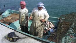 صيادين في أحد سواحل السلطنة.JPG