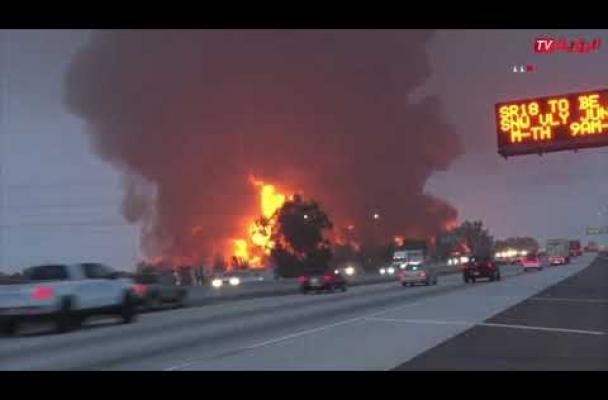 النيران تلتهم مستودعات أمازون في كاليفورنيا