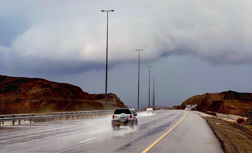 توقعات بتأثر أجواء شمال السلطنة بإخدود من منخفض جوي