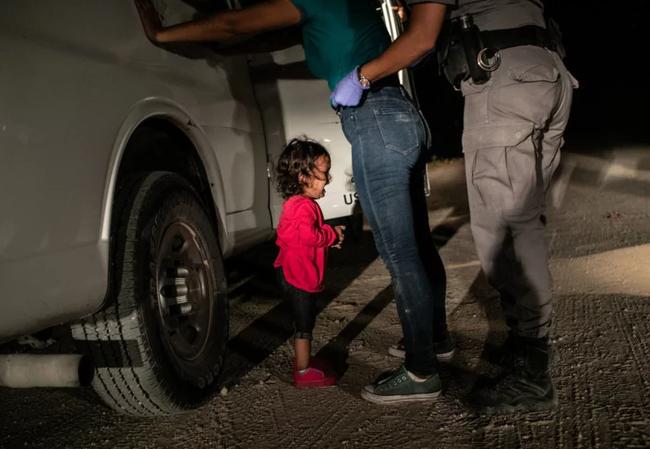 طفلة تنتحب عند الحدود